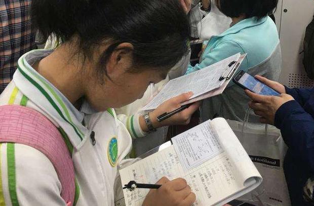 Nữ sinh viết bài luận về ước mơ, giáo viên đọc xong bị sốc nặng, liền thẳng thừng phê: Không thể chấp nhận được-1