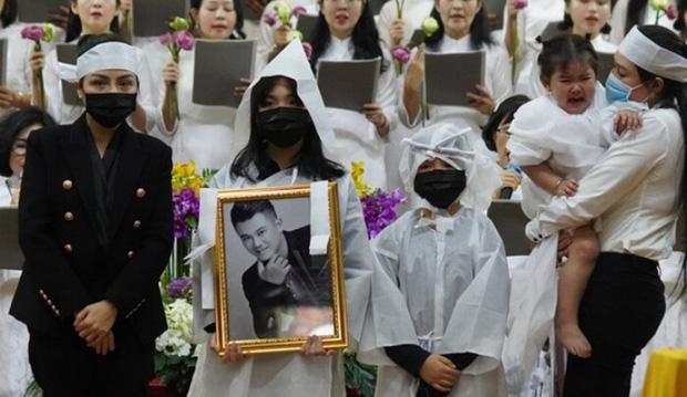 Tro cốt của NS Vân Quang Long đã được đưa về với gia đình ở Việt Nam, lễ an táng sẽ diễn ra trong 2 ngày tới-1