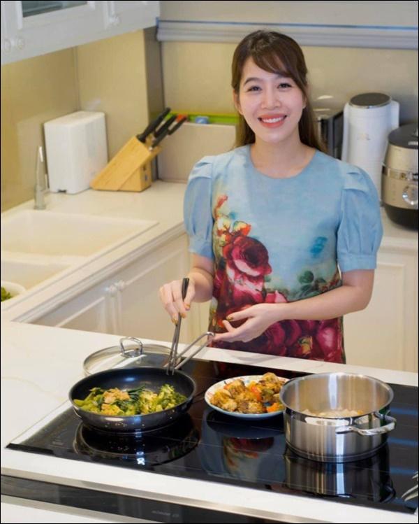 MC Diệp Chi vào bếp bày tiệc đãi bố, dân tình xuýt xoa khen vừa xinh, vừa giỏi lại còn nấu ăn siêu đỉnh-1