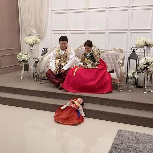 Đi chụp ảnh gia đình, bé gái phản đối bằng cách nằm lăn dưới đất, biểu cảm đúng kiểu con mệt quá mà khiến dân mạng cười bò-1