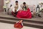 Đi chụp ảnh gia đình, bé gái phản đối bằng cách nằm lăn dưới đất, biểu cảm đúng kiểu 'con mệt quá mà' khiến dân mạng cười bò