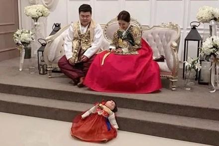 Đi chụp ảnh gia đình, bé gái phản đối bằng cách nằm lăn dưới đất, biểu cảm đúng kiểu