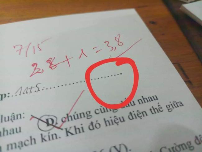 Đọc đề xong học sinh hí hửng tưởng chép được bài nhau, ai ngờ xỉu lên xỉu xuống vì mã đề quá cao tay của thầy giáo-1