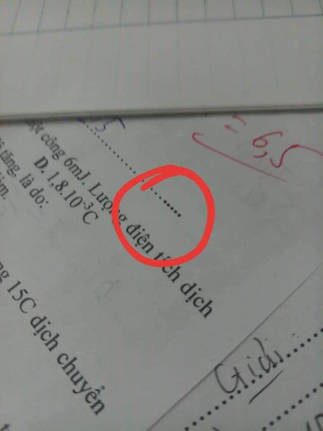Đọc đề xong học sinh hí hửng tưởng chép được bài nhau, ai ngờ xỉu lên xỉu xuống vì mã đề quá cao tay của thầy giáo-5
