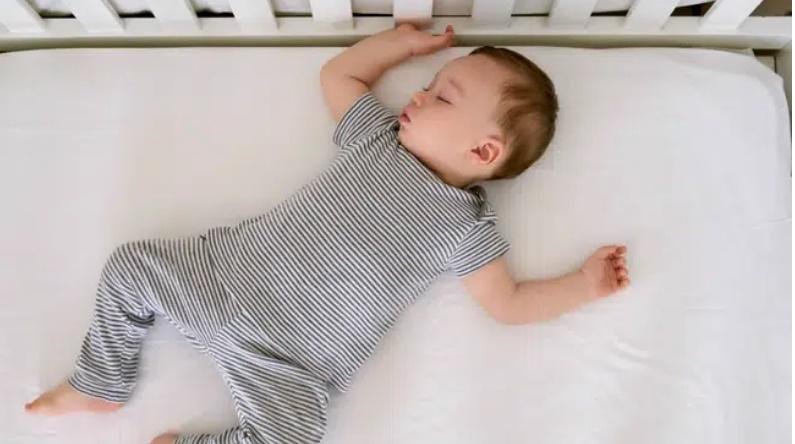 Bố mẹ kinh hoàng khi thấy con giãy giụa suýt chết ngạt trong cũi bởi một vật dụng vô cùng quen thuộc nhà nào cũng sắm cho con-2