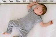 Bố mẹ kinh hoàng khi thấy con giãy giụa suýt chết ngạt trong cũi bởi một vật dụng vô cùng quen thuộc nhà nào cũng sắm cho con