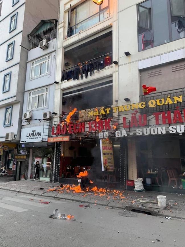 Hà Nội: Cháy dữ dội tại quán lẩu trên phố Thượng Đình, người dân hoảng loạn bỏ chạy, nhiều tài sản bị thiêu rụi-1