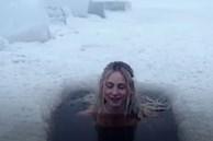 Video: Rùng mình xem cô gái tắm trong hồ băng