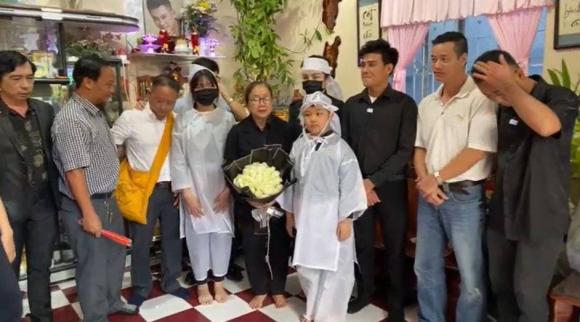 Lễ an táng ca sĩ Vân Quang Long tại Đồng Tháp: Linh Lan bật khóc cùng con gái xuất hiện ở lễ tang-6