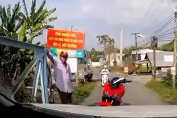 Clip: Đi gần hết cầu vẫn bị xe máy dỗi, bắt lùi nhường đường, tài xế ô tô ngả nón trước người đàn