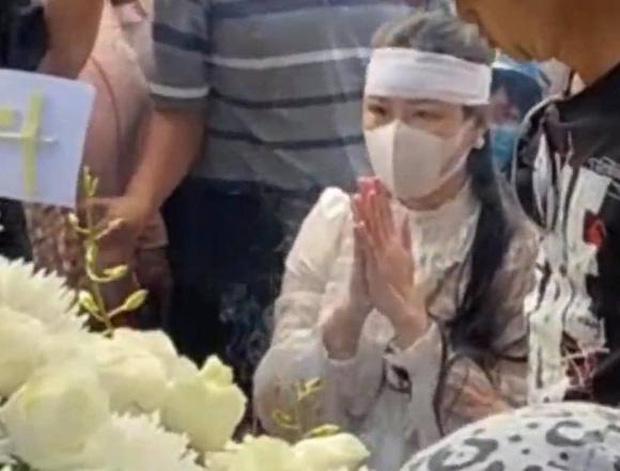 Lễ an táng ca sĩ Vân Quang Long tại Đồng Tháp: Linh Lan bật khóc cùng con gái xuất hiện ở lễ tang-1