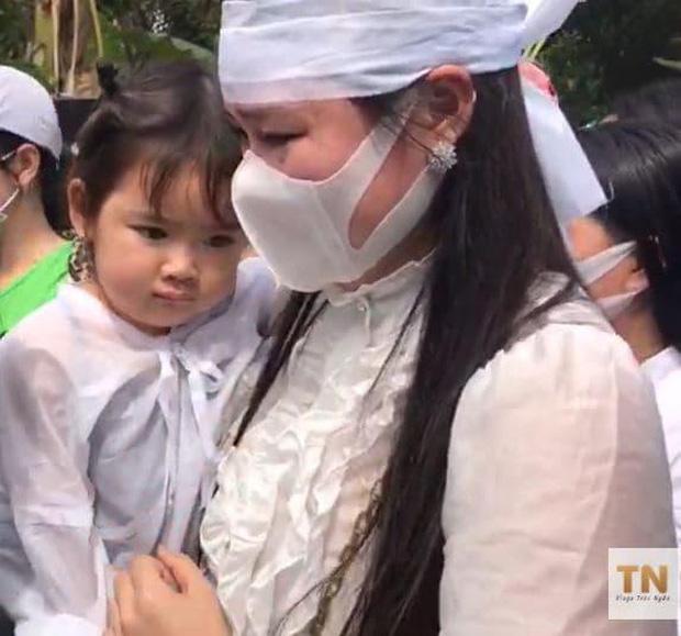 Lễ an táng ca sĩ Vân Quang Long tại Đồng Tháp: Linh Lan bật khóc cùng con gái xuất hiện ở lễ tang-4
