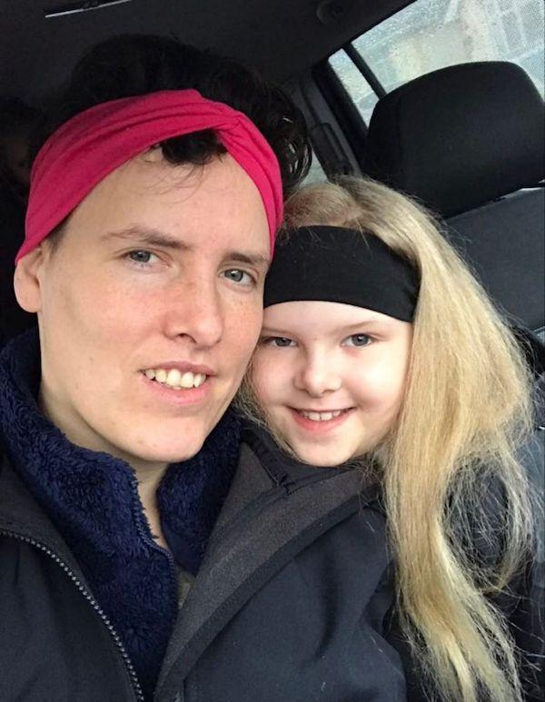 Bé gái sở hữu mái tóc kì lạ khiến mẹ khổ sở vì không thể chải theo ý muốn, diện mạo khi lớn lên ai cũng bất ngờ-6
