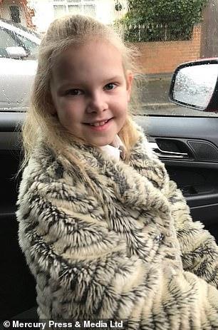 Bé gái sở hữu mái tóc kì lạ khiến mẹ khổ sở vì không thể chải theo ý muốn, diện mạo khi lớn lên ai cũng bất ngờ-8