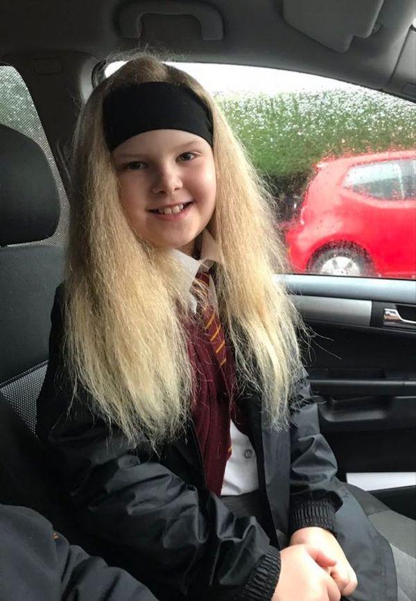 Bé gái sở hữu mái tóc kì lạ khiến mẹ khổ sở vì không thể chải theo ý muốn, diện mạo khi lớn lên ai cũng bất ngờ-9