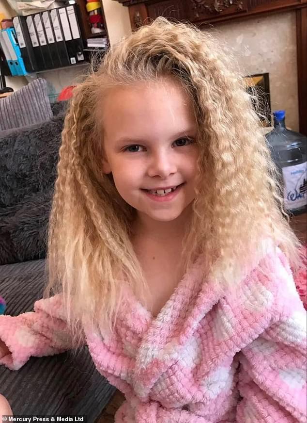 Bé gái sở hữu mái tóc kì lạ khiến mẹ khổ sở vì không thể chải theo ý muốn, diện mạo khi lớn lên ai cũng bất ngờ-10