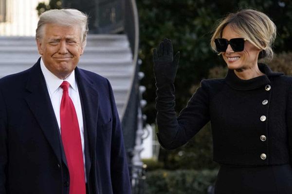 Trong khoảnh khắc cuối trước lúc rời khỏi Nhà Trắng, cựu Đệ Nhất Phu Nhân Melania Trump gây bất ngờ vì có hành động đặc biệt khác lạ với chồng-2