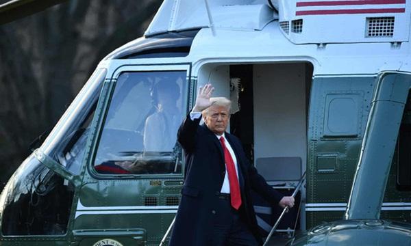 Trong khoảnh khắc cuối trước lúc rời khỏi Nhà Trắng, cựu Đệ Nhất Phu Nhân Melania Trump gây bất ngờ vì có hành động đặc biệt khác lạ với chồng-3