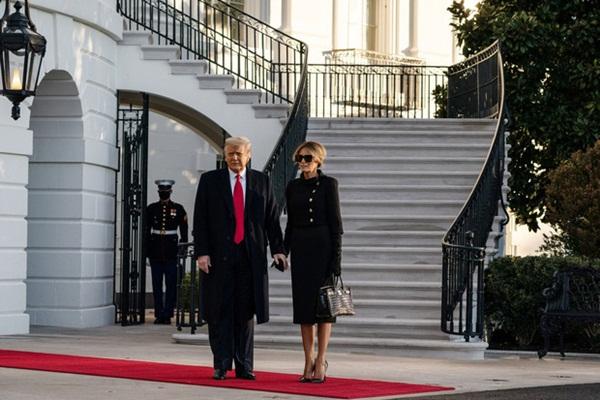 Trong khoảnh khắc cuối trước lúc rời khỏi Nhà Trắng, cựu Đệ Nhất Phu Nhân Melania Trump gây bất ngờ vì có hành động đặc biệt khác lạ với chồng-4