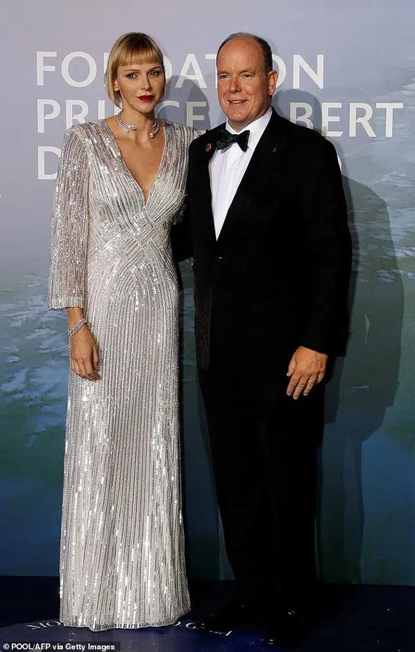 Vương phi xinh đẹp nhất Monaco chính thức lên tiếng về lý do lựa chọn mái tóc cạo nửa đầu, giải đáp nghi vấn hôn nhân rạn nứt-1