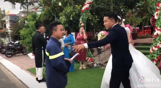 Phần di chuyển trong bộ đồng phục của lính cứu hỏa và chiếc xe hơi đến dự đám cưới của người bạn thân thực sự là một người thể hiện.
