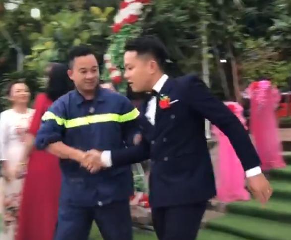 Phần di chuyển trong bộ đồng phục và chiếc xe của người lính cứu hỏa đến dự đám cưới của người bạn thân thực sự là người dẫn chương trình 2.