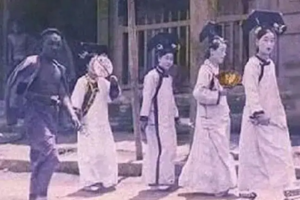 Nhóm cung nữ kỳ quặc đột nhiên xuất hiện ở Tử Cấm Thành giữa mưa bão năm 1992, sau gần 30 năm vẫn chưa có lời giải đáp-1