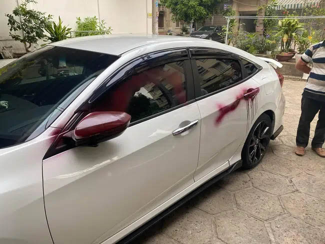 Phát hiện 2 chiếc ô tô bỗng loang lổ những vệt đỏ kinh dị, kiểm tra camera, khổ chủ đứng hình khi biết nguyên nhân-2