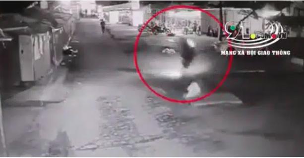 Clip: Tông trúng chiếc bẫy chình ình giữa đường, nam thanh niên gặp tai nạn kinh hoàng khiến cả người và xe lộn 3 vòng-1