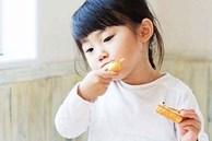 Bé gái 6 tuổi thấp lùn hơn các bạn dù mẹ mua đủ vitamin tẩm bổ, đi khám bác sĩ nói ăn thế này khác nào ăn nhựa độc vào người