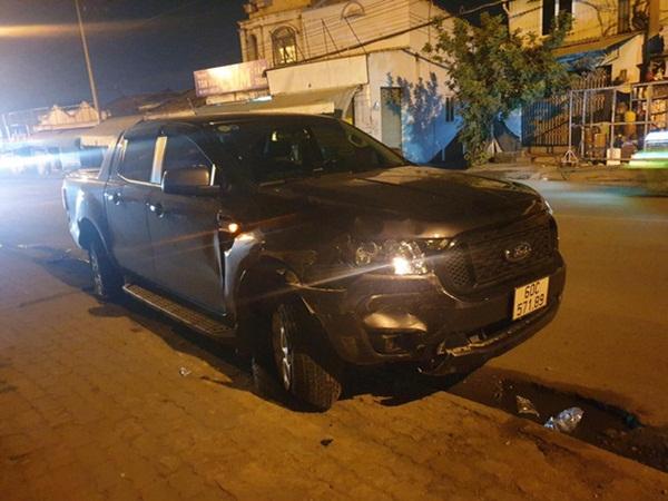 Xe bán tải do người đàn ông nước ngoài cầm lái húc văng 3 xe máy trong đêm, 4 người bị thương-2