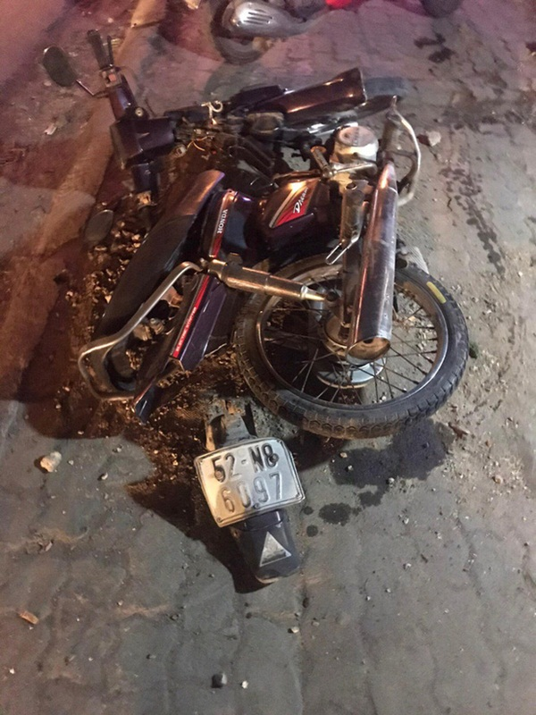 Xe bán tải do người đàn ông nước ngoài cầm lái húc văng 3 xe máy trong đêm, 4 người bị thương-3