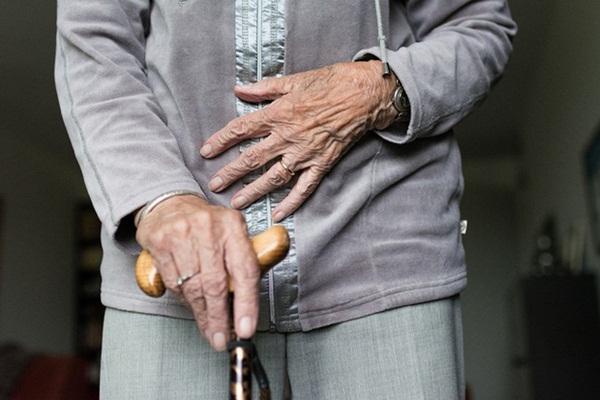Uất nghẹn vì lời gạ gẫm bị từ chối, cụ bà 79 tuổi đánh trai trẻ đến chết rồi chôn trong vườn, sau đó tội ác xưa cũng bị phanh phui-1