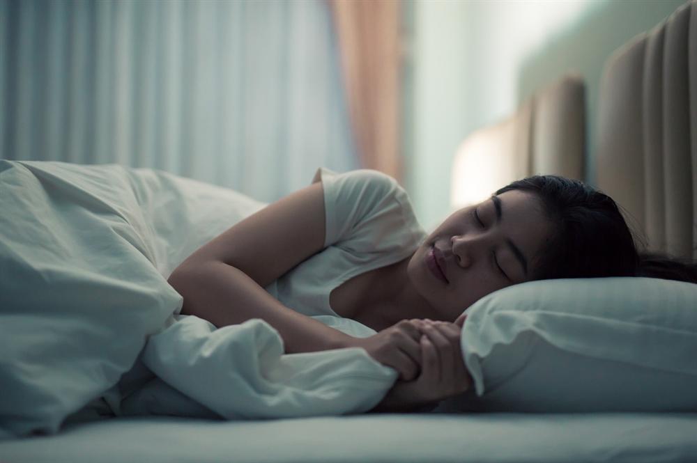 2 tư thế ngủ thuộc danh sách đen của bác sĩ, phụ nữ tránh ngay kẻo nếp nhăn, bọng mắt, lão hóa trở nên trầm trọng hơn-2