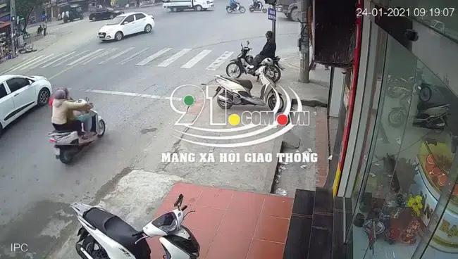 2 người phụ nữ chạy xe máy lao vào gầm xe ben, camera bóc khoảnh khắc xảy ra tai nạn khiến tất cả kinh hãi-1