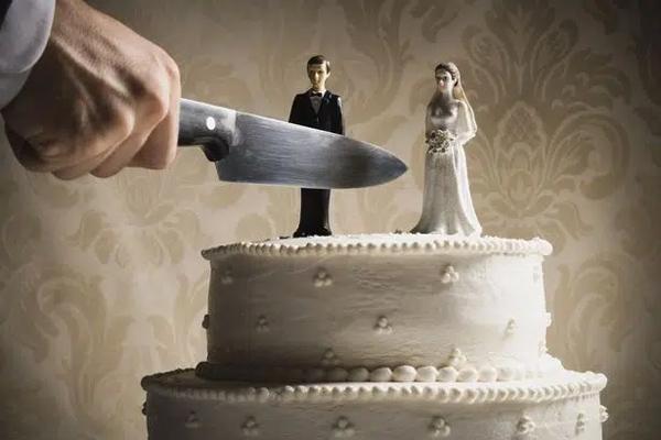 Thấy chồng xem ảnh gái trẻ, vợ cuồng ghen dùng dao đâm bạn đời nhưng bật khóc khi biết danh tính của kẻ thứ 3-1