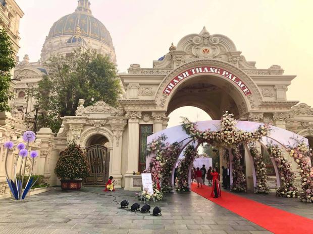 Cận cảnh lâu đài dát vàng của đại gia xi măng ở Ninh Bình: Xây thô hết 400 tỷ, nội thất đắt đến choáng ngợp-1