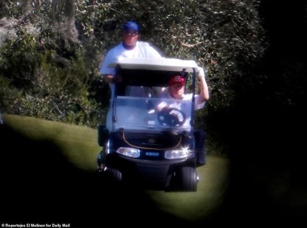 Những hình ảnh đầu tiên của ông Trump sau khi chính thức mãn nhiệm và rời khỏi Nhà Trắng, dòng chữ trên mũ ông đội thu hút sự chú ý-3