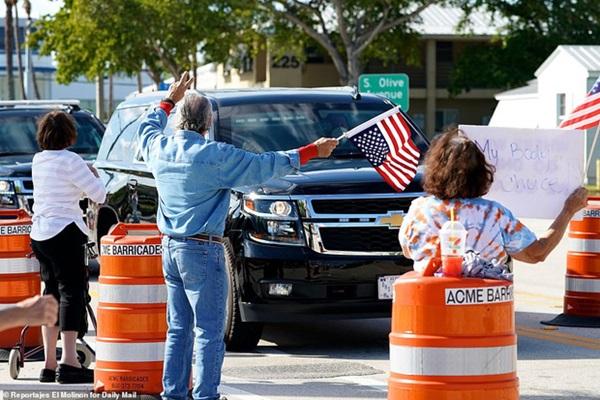 Những hình ảnh đầu tiên của ông Trump sau khi chính thức mãn nhiệm và rời khỏi Nhà Trắng, dòng chữ trên mũ ông đội thu hút sự chú ý-6