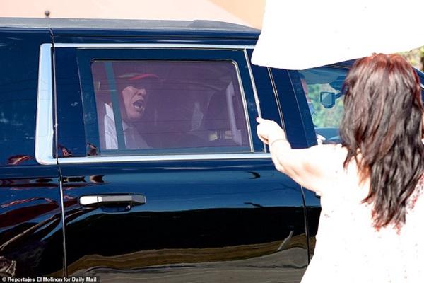 Những hình ảnh đầu tiên của ông Trump sau khi chính thức mãn nhiệm và rời khỏi Nhà Trắng, dòng chữ trên mũ ông đội thu hút sự chú ý-7
