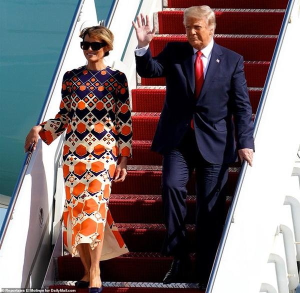 Những hình ảnh đầu tiên của ông Trump sau khi chính thức mãn nhiệm và rời khỏi Nhà Trắng, dòng chữ trên mũ ông đội thu hút sự chú ý-9