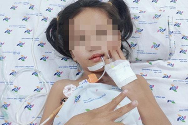 Căn bệnh khiến bé 7 tuổi đột ngột mất tiếng, liệt dần tứ chi-1