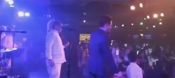 Đang biểu diễn, Tuấn Hưng đơ người khi khán giả nữ lao vào ẩu đả, giật tóc nhau-1