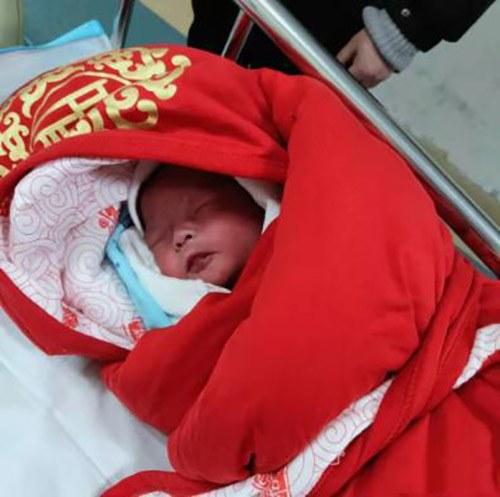 Thai phụ nhập viện mổ gấp vì con ít cử động, sau khi lấy em bé ra mà ekip mổ phải choáng váng-1