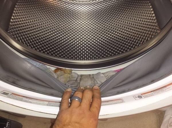 Tất trong nhà cứ mất dần, hãy kiểm tra ngay chỗ nguy hiểm này của máy giặt để khắc phục hiệu quả-1