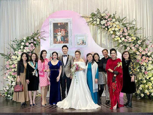 Hồng Nhung công khai sánh đôi bên bạn trai ngoại quốc, bạn trai bác sĩ có mặt trong đám cưới con gái Thanh Lam-1