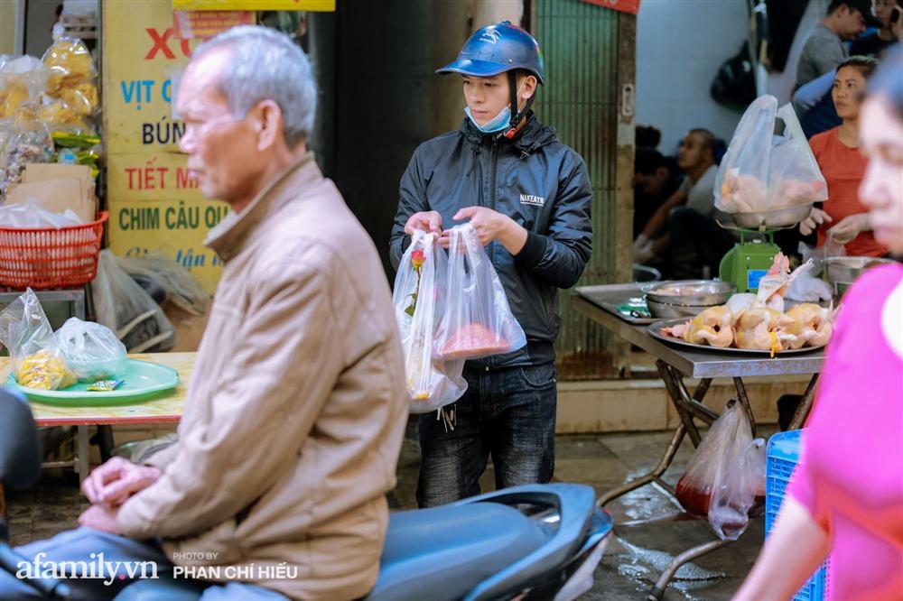 Đến chợ nhà giàu dịp cận Tết, choáng với con gà giá NỬA TRIỆU nhưng chị em vẫn quyết săn cho bằng được-10