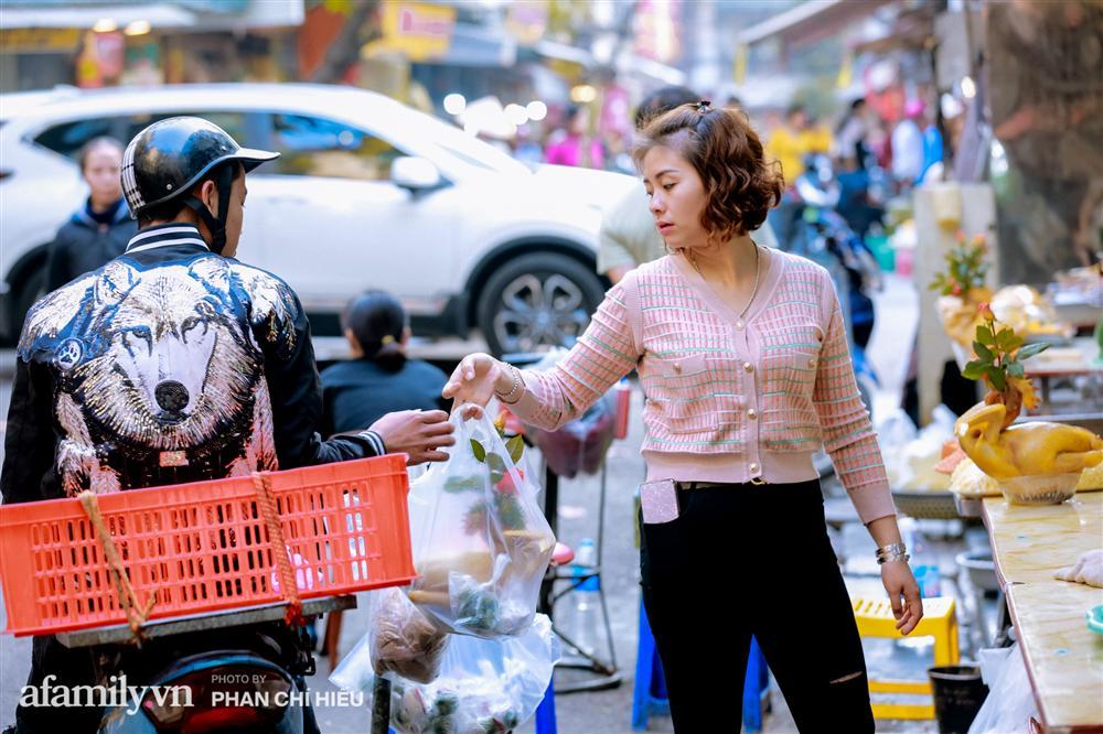 Đến chợ nhà giàu dịp cận Tết, choáng với con gà giá NỬA TRIỆU nhưng chị em vẫn quyết săn cho bằng được-12