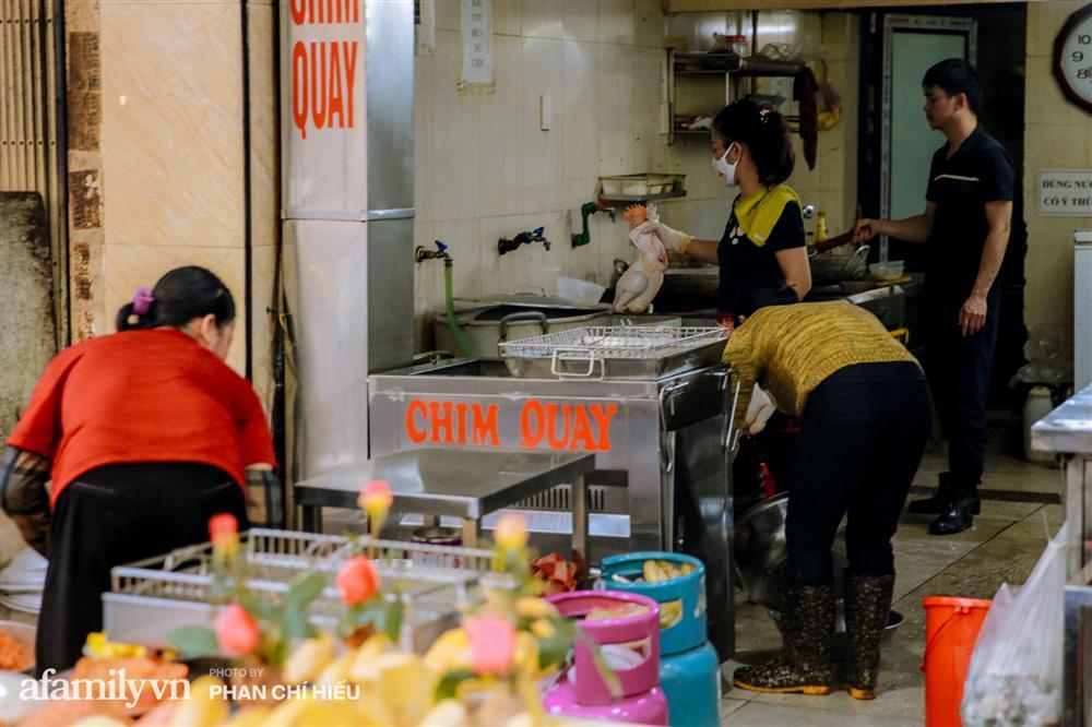 Đến chợ nhà giàu dịp cận Tết, choáng với con gà giá NỬA TRIỆU nhưng chị em vẫn quyết săn cho bằng được-13