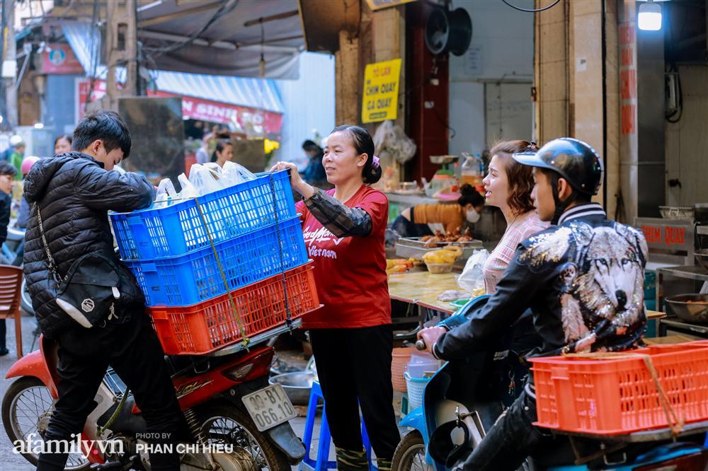Đến chợ nhà giàu dịp cận Tết, choáng với con gà giá NỬA TRIỆU nhưng chị em vẫn quyết săn cho bằng được-16
